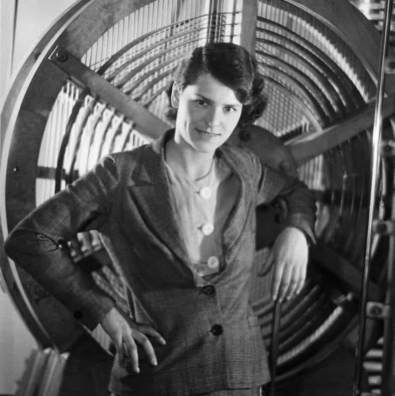 14 - 0-Margaret-Bourke-White-posing-with-equipment-she-used-for-a-mural-at-Radio-City-Music-Hall-New-York-City-self-portrait